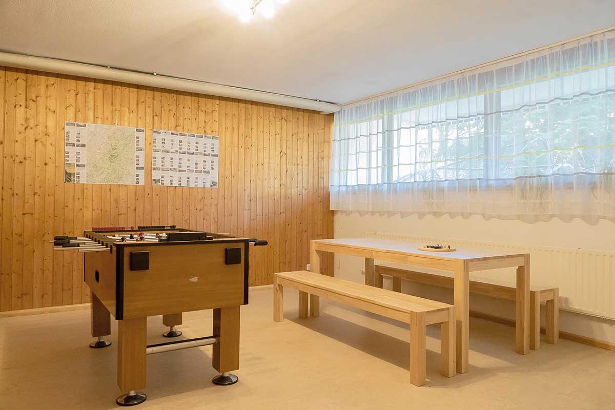 Gruppenraum mit Tischkicker und Spieltisch