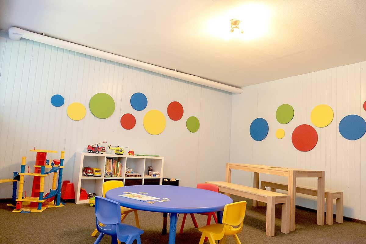 Kinderspielzimmer mit Spielzeug