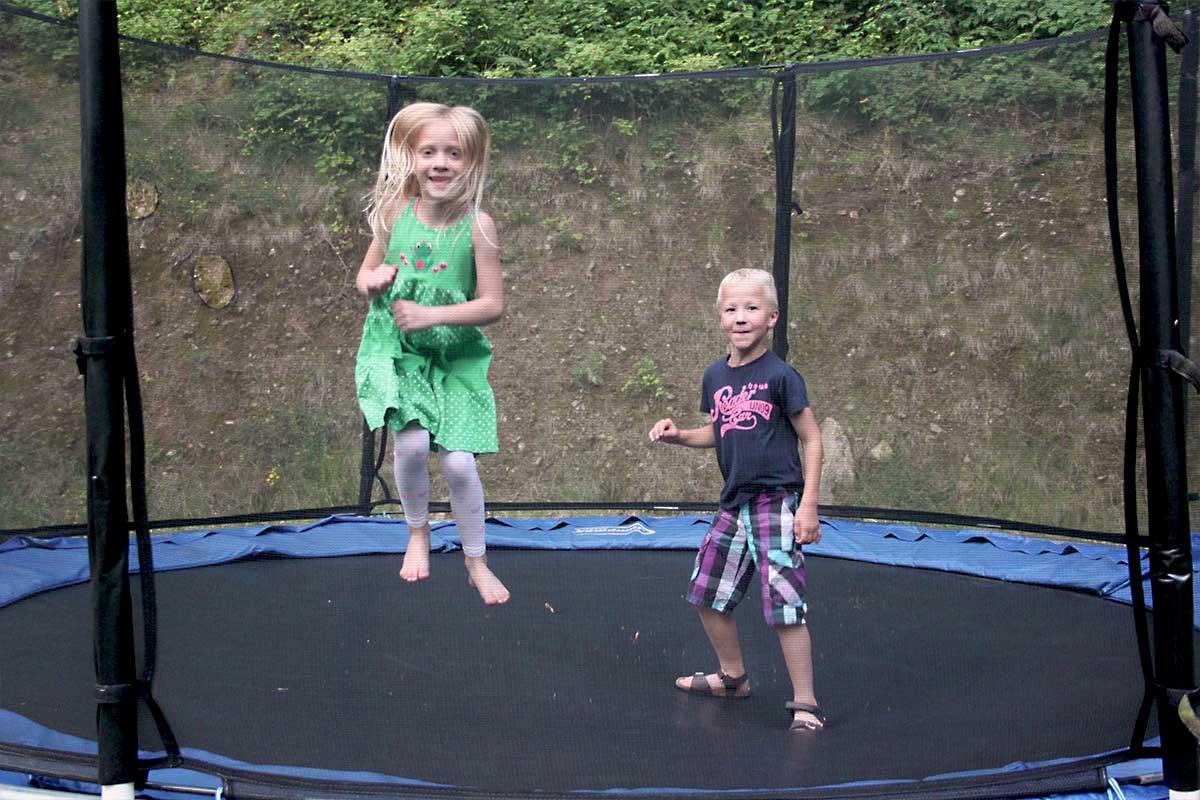 Spaß auf dem Trampolin im Familienurlaub